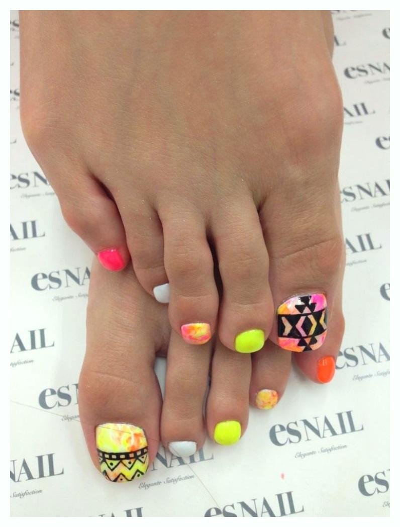 Best Neon Geometric Toe Nail Designs