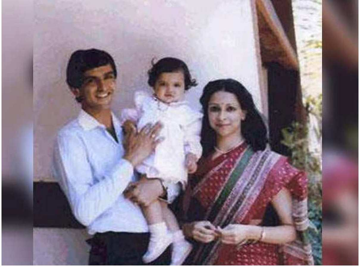 Deepika Padukone Childhood photo with mama & papa